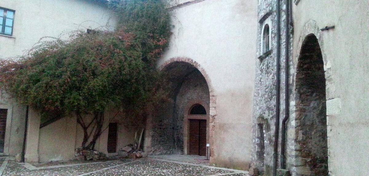 Apre la corte del Castello Brancaccio